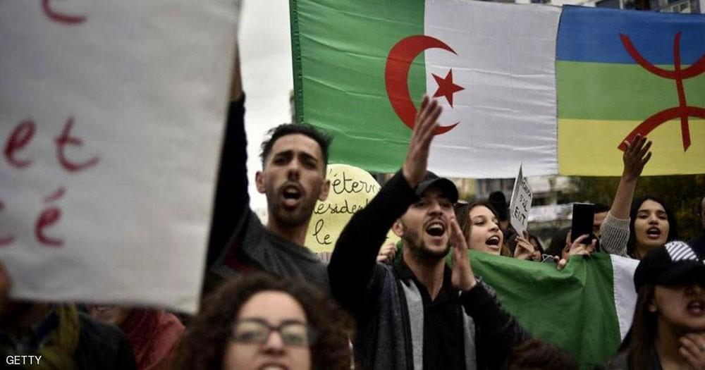"""إيقاف متظاهرين بسبب رايات """"غير وطنية"""""""