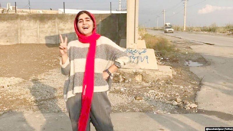 """إيران تُفرج عن ناشطة بغرامة """"ضخمة"""""""