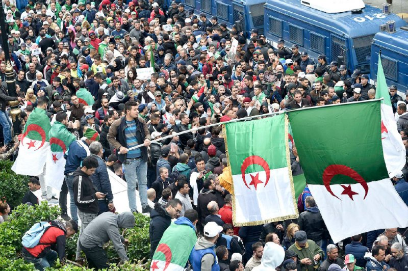 رغم الأمطار.. جزائريون يتظاهرون لتنفيذ مطالب الحراك
