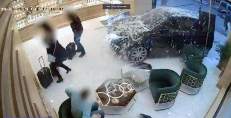 عصابة تقتحم محل مجوهرات بسيارة