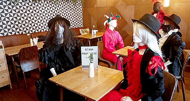 """ليتوانيا تعيد الحياة إلى مطاعمها بـ """"الدمى"""""""
