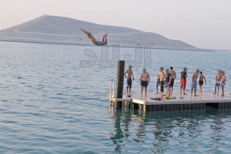 ساحل مدينة سلمان... بحر هواة السباحة والتجديف
