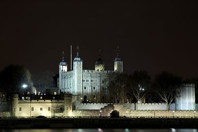 A picture of the Tower of London at night