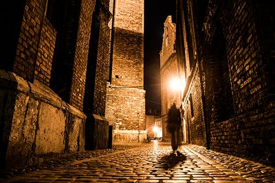An image of a cobbled London street in the dark