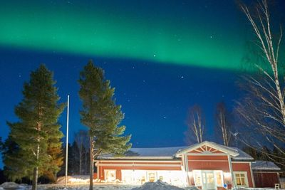 sorbyn lodge with the northern lights