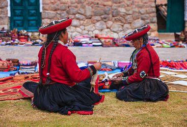 Peruvian women at market