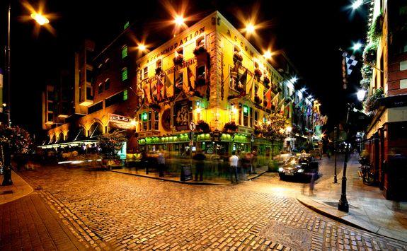 Temple Bar at night