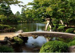 kenrokuen garden bridge