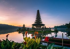 sunrise at pura ulun danua bratan temple