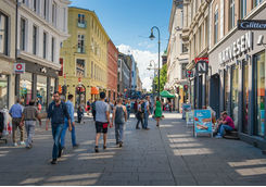 Street scene with people and traveller in Oslo
