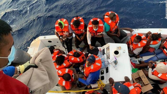 UN BATEAU DE CROISIÈRE AMARRÉ AU LARGE DE LA FLORIDE SAUVE 24 PERSONNES EN NAUFRAGE