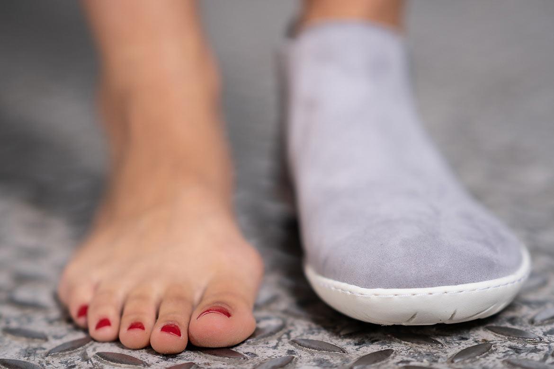 Marcher pieds nus: bon ou mauvais pour les pieds ? Voici les risques et les avantages