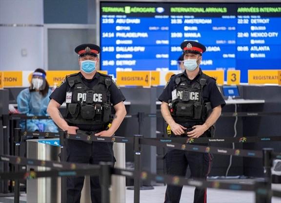 Ça brasse dans les aéroports canadiens pour certains voyageurs refusant totalement de se soumettre aux nouvelles mesures et d'aller à l'hôtel.