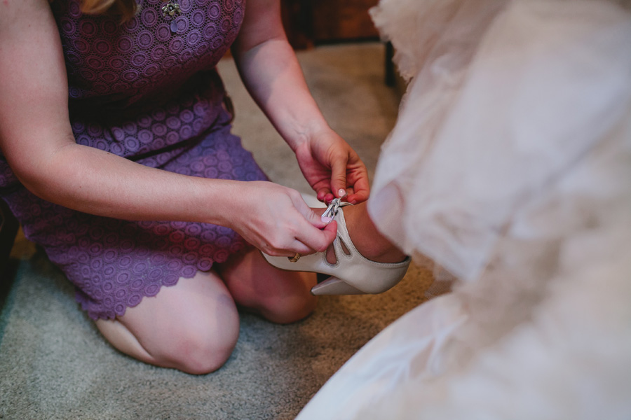 bride-tying-shoes