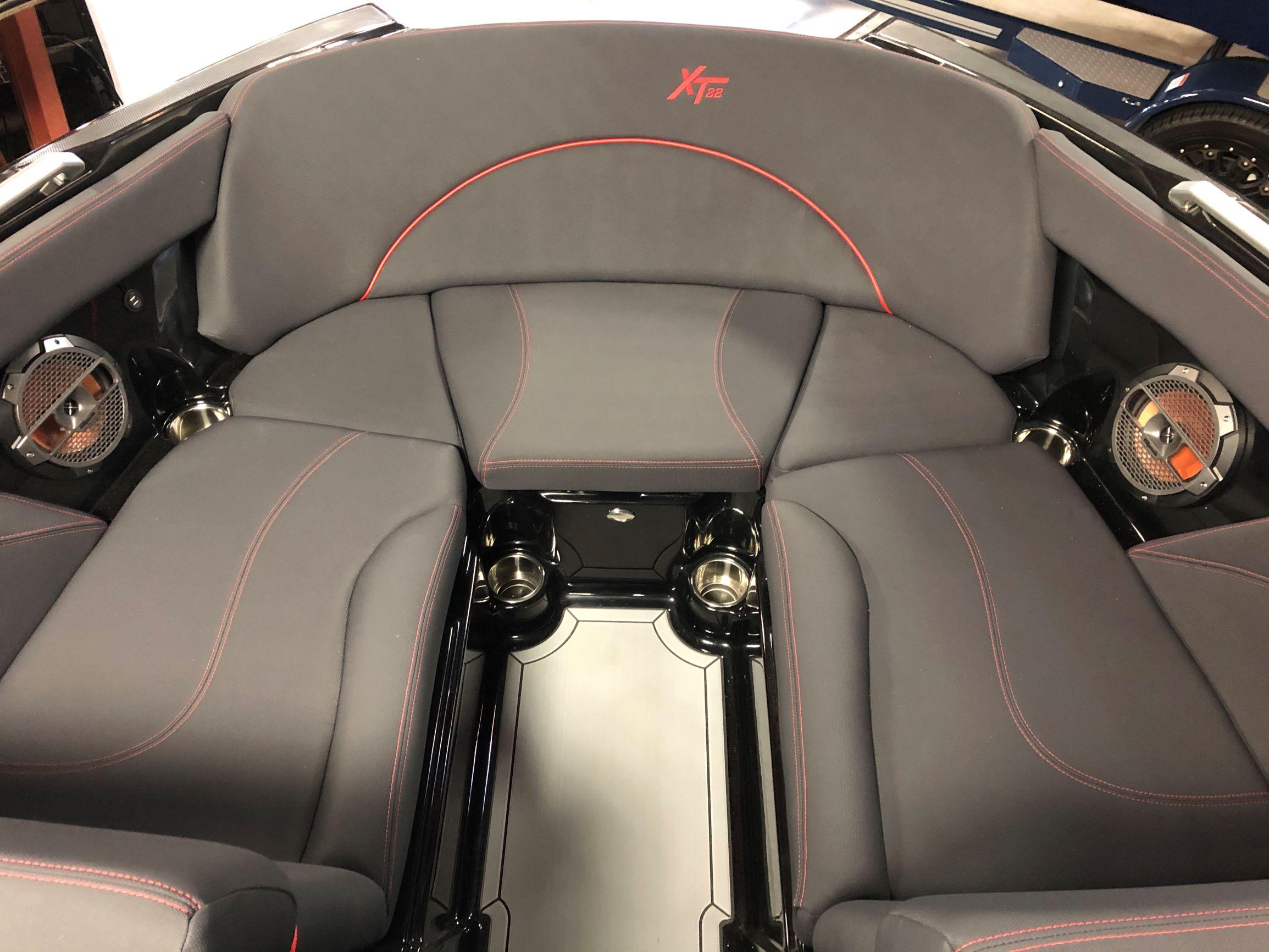 2021 MasterCraft XT22 - W/VIPER RED Image 4