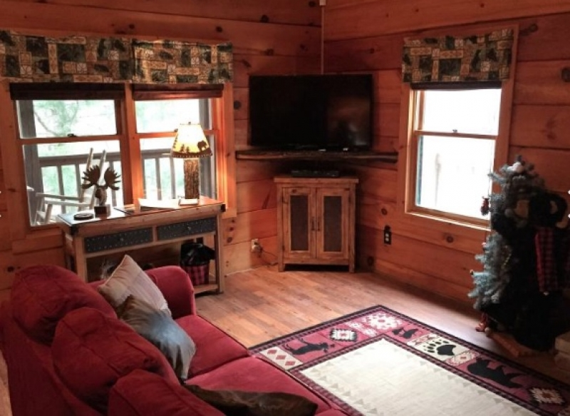 River Bluff Cabins in the Smokies: BearyTale Log Cabin