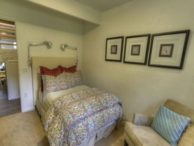 Queen bed in third bedroom