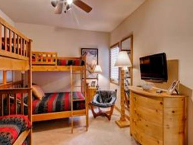 Guest bedroom 2 with twin/full & twin/twin bunks beds