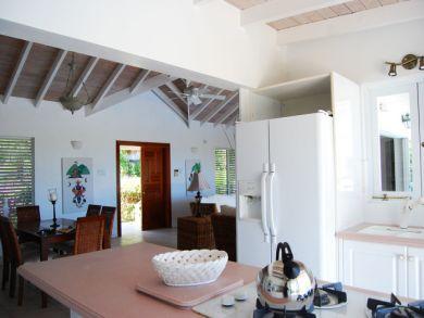 Open kitchen & breakfast area