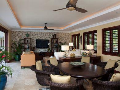 Indoor/outdoor lounge & dining area