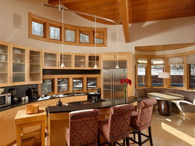 Fully equipped kitchen with breakfast area