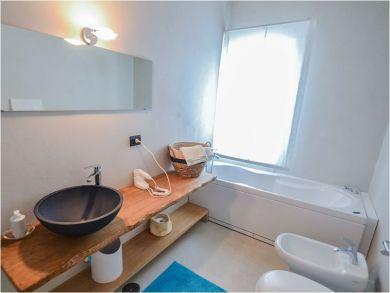 Bathroom with Tub & Wash Basin