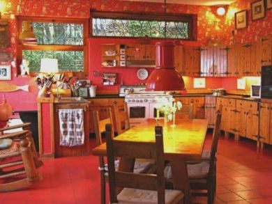 Equipped Kitchen with Breakfast Table
