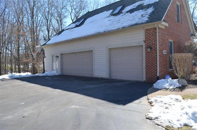2868 masters pinckney mi 48169 mls 449750103 for Pinckney garage door