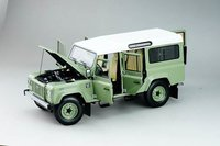 2015 Land Rover Defender 110 Heritage Edition in Green in 1:18 Scale by Almost Real