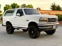 1993 Ford Bronco XLT Oxford White Artisan Collection in 1:18 Scale by Greenlight