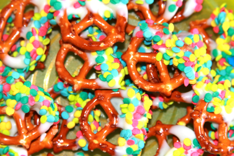 How To Make Rainbow Pretzel Goody Bags With 3 Ingredients