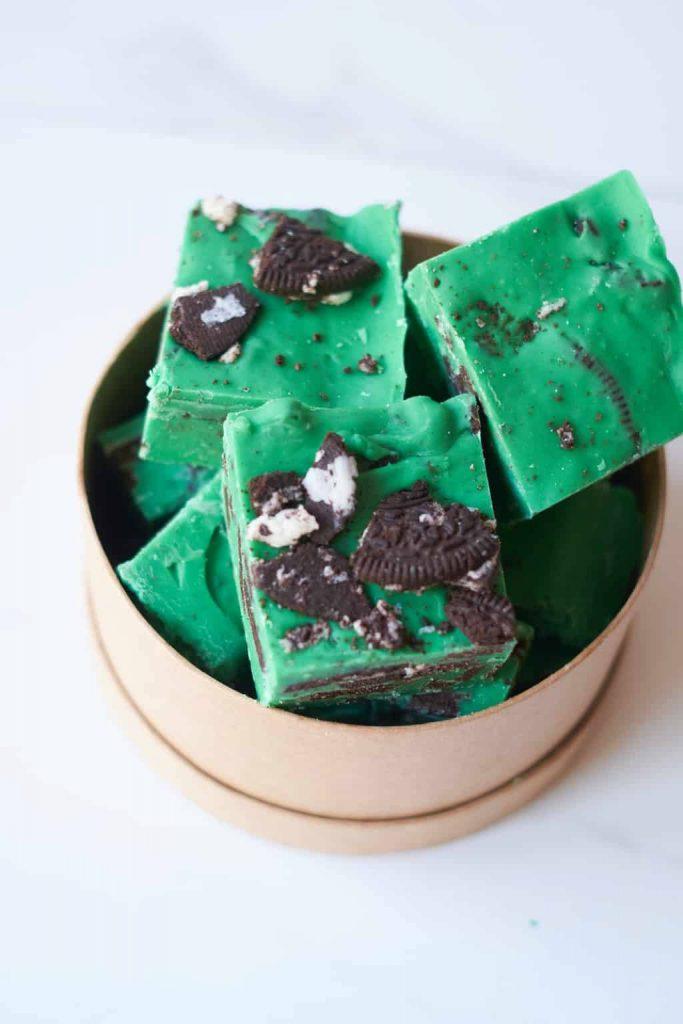 5 Ingredient Mint Oreo Fudge (No Bake)