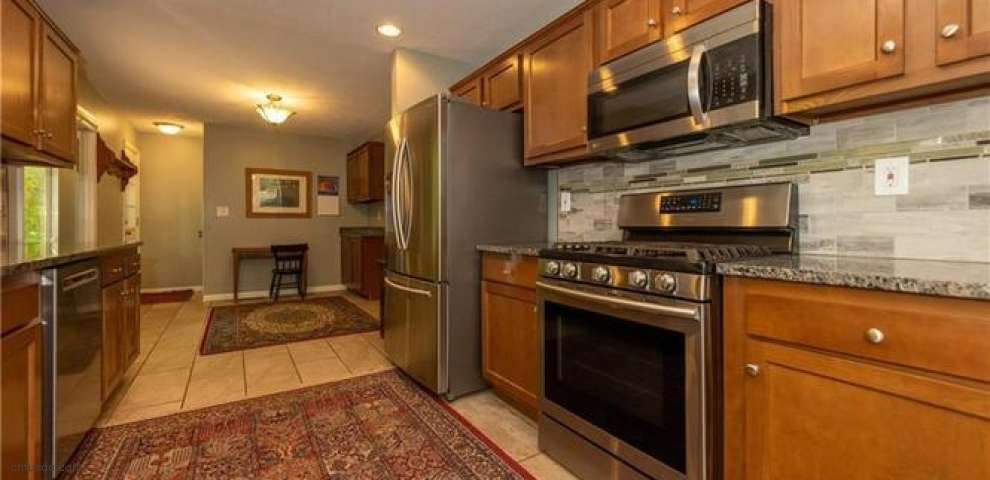 118 Leaview Ln, Chagrin Falls, OH 44022