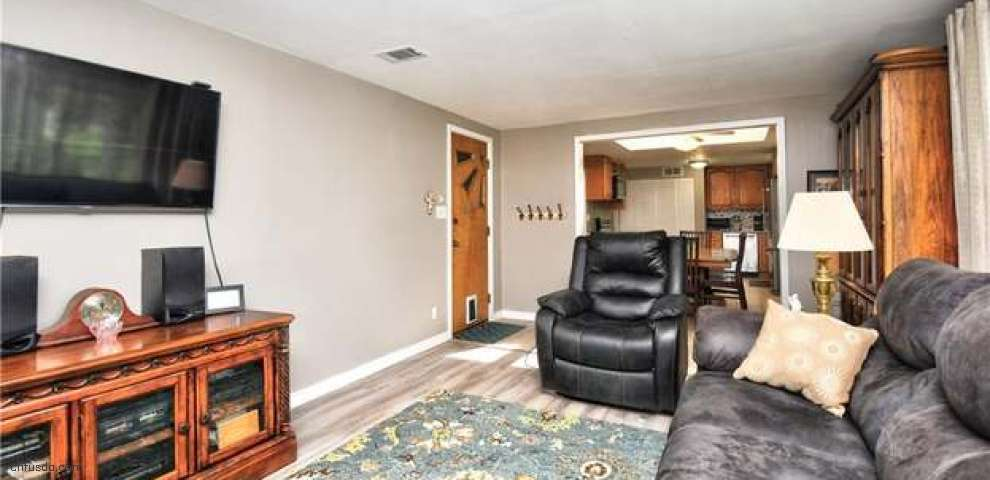 9806 Crestwood Dr, Twinsburg, OH 44087
