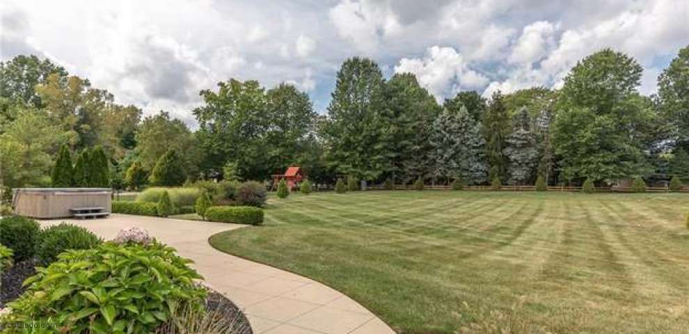 2398 Pine Valley Dr, Willoughby Hills, OH 44094