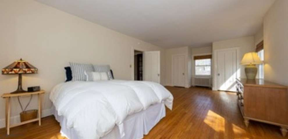 2233 S Overlook Rd, Cleveland Heights, OH 44106