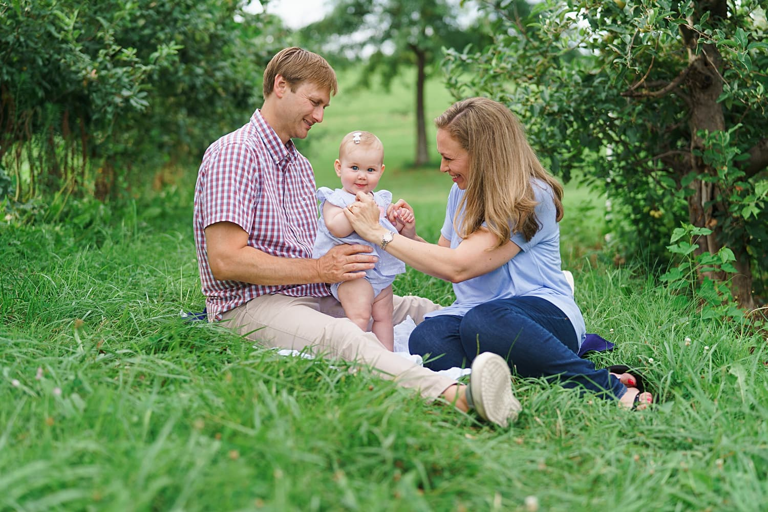 sweet family photos at an apple orchard