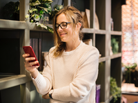 Source: Pexels.com; Copyright: Rawpixel.com; URL: https://www.pexels.com/photo/selective-focus-photography-of-woman-using-smartphone-beside-bookshelf-1061580/; License: Licensed by JMIR.