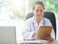 Source: freepik; Copyright: pressfoto; URL: https://www.freepik.com/free-photo/female-doctor-with-digital-tablet_6801160.htm#page=1&query=doctor%20with%20computer&position=18;