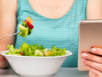 Source: Freepik; Copyright: Freepik; URL: https://www.freepik.com/free-photo/woman-eating-salad-looking-phone_5200459.htm#page=4&query=phone+eating&position=48; License: Licensed by JMIR.