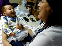 Attunement between the ADBB-trained neonatologist and the preterm infant at a 2 month medical ckeck-up. Source: Image created by the Authors; Copyright: The Authors (Jorge Bustamante Loyola); URL: http://www.researchprotocols.org/2020/6/e17943/; License: Creative Commons Attribution (CC-BY).