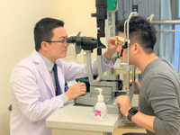 A surgeon examining a patient's eye fundus, to assess the height of gas/fluid interface. Source: Image created by the Authors; Copyright: Zhaotian Zhang; URL: https://mhealth.jmir.org/2019/6/14592; License: Creative Commons Attribution (CC-BY).