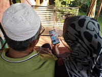 Elderly people using the ColorApp on a mobile phone. Source: Image created by the Authors; Copyright: The Authors; URL: http://humanfactors.jmir.org/2020/1/e15487/; License: Creative Commons Attribution (CC-BY).