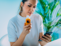 Woman managing her asthma with cellphone app. Source: Adobe Stock; Copyright: microgen; URL: https://stock.adobe.com/images/id/274836844?as_campaign=Freepik&as_content=api&as_audience=404&as_camptype=test-bannerbigger-b&tduid=520dd4a34e4cf4277735edee9be0c1d2&as_channel=affiliate&as_campclass=redirect&as_source=arvato; License: Licensed by JMIR.