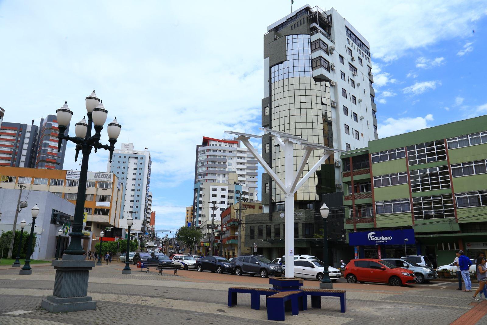 Árvore digital com Wi-Fi movida a energia solar é instalada em várias cidades do País.