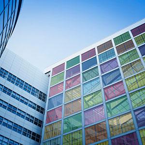 Sistema fotovoltaico colorido integrado a fachada de um prédio - BIPV
