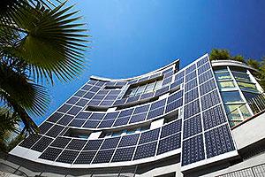 Fachada de prédio com painéis solares cristalinos - BIPV