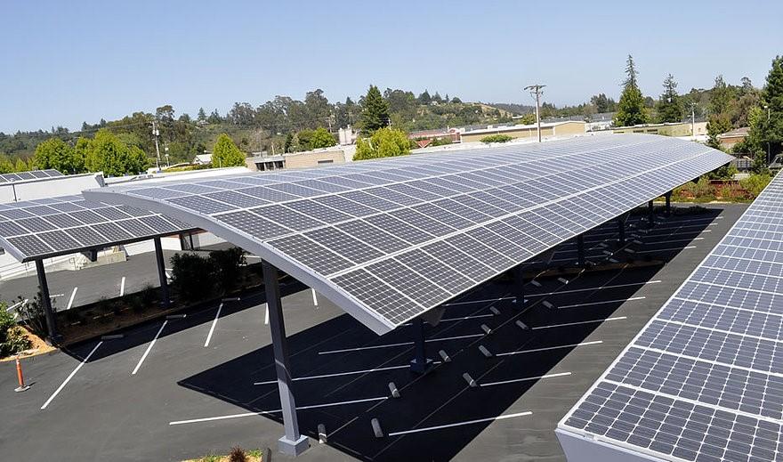 Estacionamento de Vitória - ES é coberto com painéis de energia solar para iluminar a cidade à noite