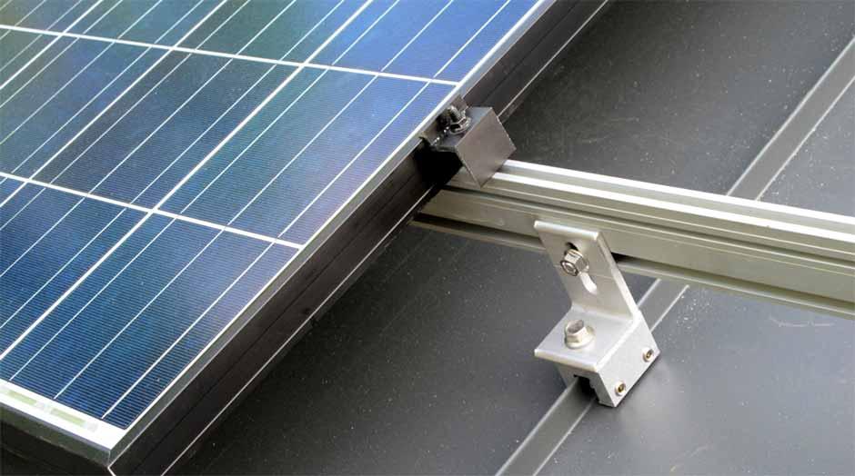 Estrutura de fixação de painéis fotovoltaicos para telhas metálicas
