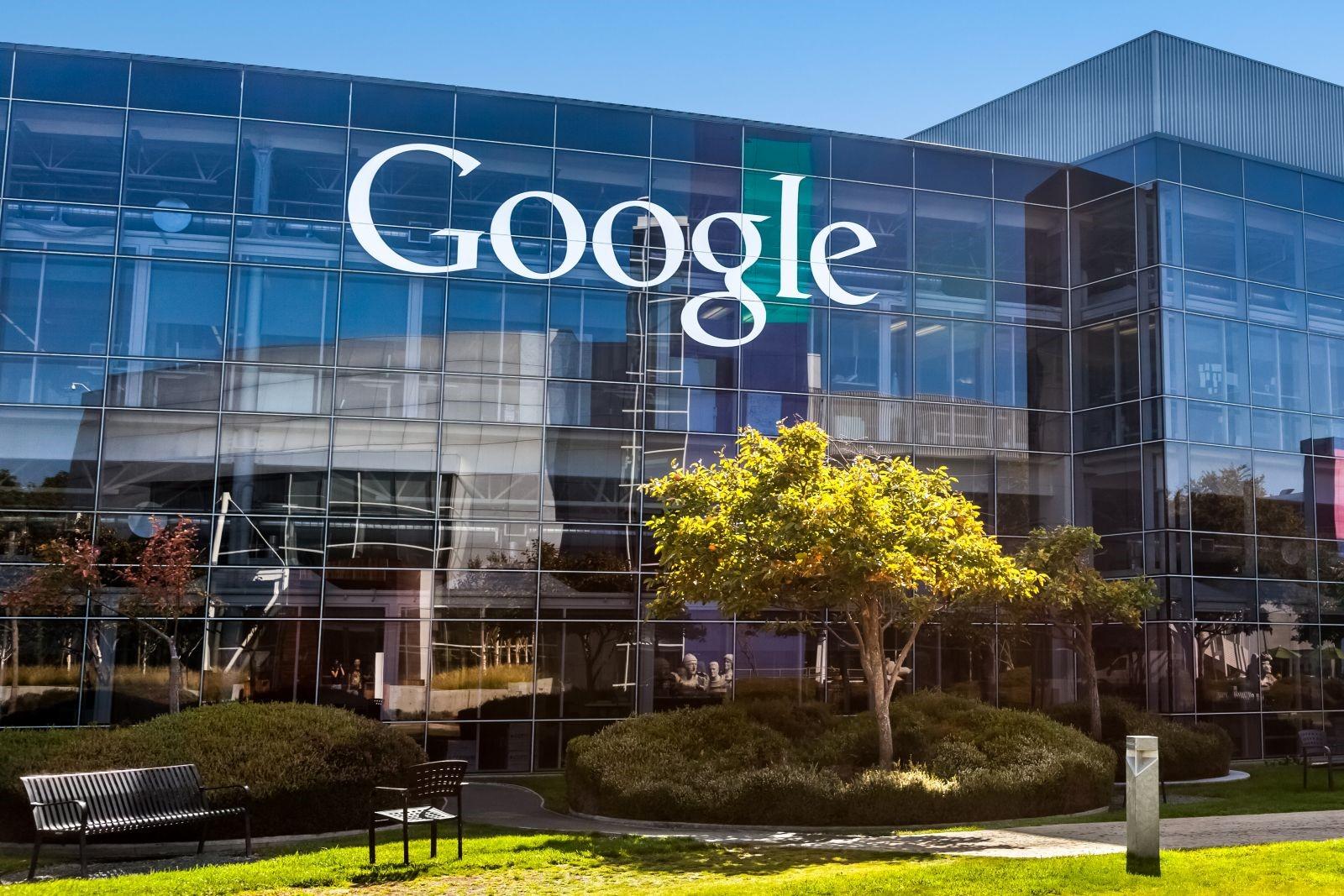Para 2018, o Google anunciou que 100% da energia utilizada em suas operações será renovável. A empresa investe há algum tempo em projetos utilizando a energia solar e eólica, desde 2010. A meta para o ano que vem é ter energia renovável suficiente para cobrir tudo que é usado tanto em seus escritórios quanto em seus data-centers. O comunicado do Google afirma que atualmente, a empresa é a que mais compra energia renovável no mundo. Segundo o anúncio, ela é responsável pela geração de mais de 2,6 GW (gigawatts) de energia no mundo todo. Cada gigawatt de energia é suficiente para abastecer uma cidade com 1,5 milhão de habitantes, segundo a Associação Brasileira de Energia Eólica. Um dos principais motivos dessa iniciativa tomada pela empresa Google foi a queda de preço de 60 a 80% nas energias renováveis. Os investimentos em infraestrutura de energia da empresa totalizaram mais de US$ 3,5 bilhões no mundo, o que fez a empresa se tornar atualmente a maior compradora de energia limpa do mundo.  Com os três novos contratos, em Dakota do Sul, Iowa e Oklahoma (Estados Unidos) será somado a infraestrutura da companhia 535 megawatts, permitindo que o Google monte uma rede limpa de mais de 3 gigawatts, sendo assim, o total será suficiente para abastecer a operação atual e também futuros projetos estão por vim. As fontes renováveis têm o grande benefício de não serem poluentes ou emitir gases de efeito estufa. Para o Google, a energia solar fotovoltaica, por ser renovável, passa por menores mudanças inesperadas de preço, tornando este tipo de energia alternativa uma opção mais econômica do que as outras. O Google analisou que nos últimos seis anos o preço da energia eólica caiu 60%, no mesmo período, a energia solar ficou 80% mais barata. As energias renováveis estão se tornando a opção de menor custo cada vez mais rápido e acessível. A empresa investir cada vez mais na produção de energia sustentável mundial, principalmente nas regiões onde seus data-centers estão instalados 